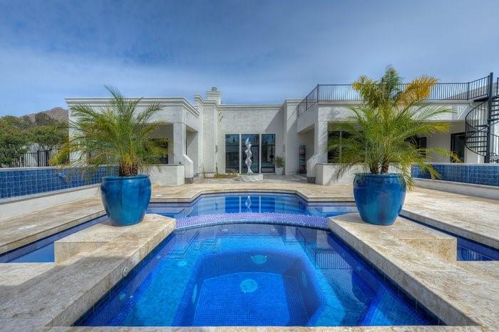 Major League Baseball's Jorge de la Rosa has sold his contemporary Arcadia home.