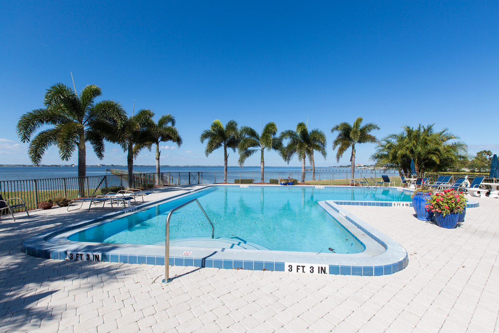 "<span class=""caption-true"">Gorgeous, Riverfront Community Pool</span>"