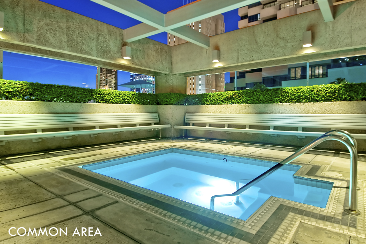 "<span class=""caption-true"">Common Area - Plaza level rooftop Jacuzzi</span>"