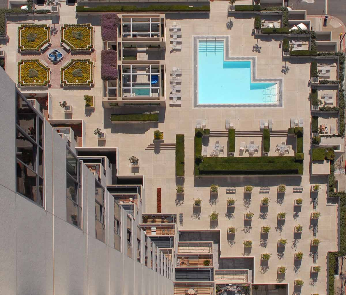 "<span class=""caption-true"">Common Area - Plaza level rooftop Pool</span>"
