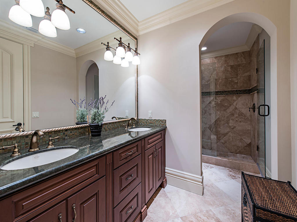 "<span class=""caption-true"">Lavish guest bathroom</span>"
