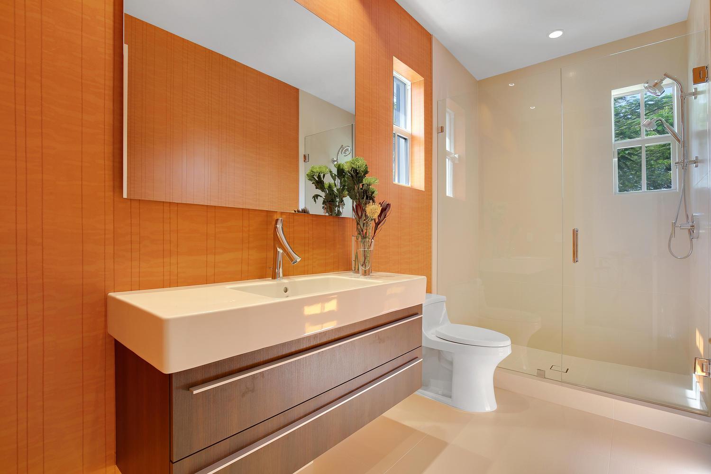 "<span class=""caption-true"">Guest Bathroom (upstairs)</span>"